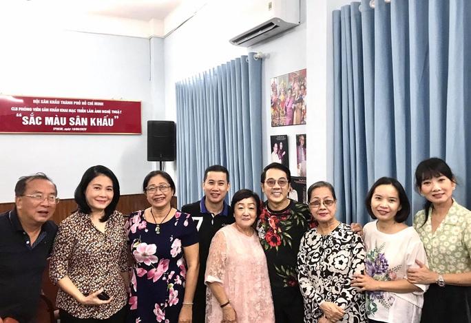 Kim Cương, Thành Lộc và đông nghệ sĩ ngôi sao đến với triển lãm Sắc màu sân khấu - Ảnh 9.
