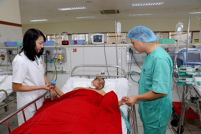 Cứu sống ngoạn mục bệnh nhân rơi từ tầng 5 xuống đất - Ảnh 1.