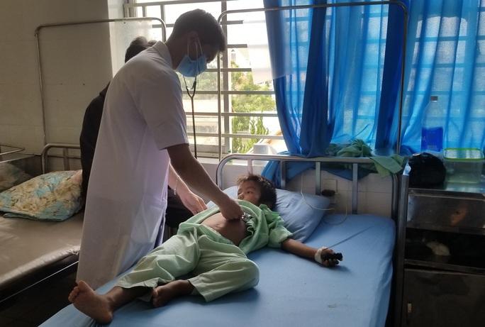 Lâm Đồng: Một học sinh tiểu học rơi từ tầng 2 xuống đất chấn thương sọ não - Ảnh 2.