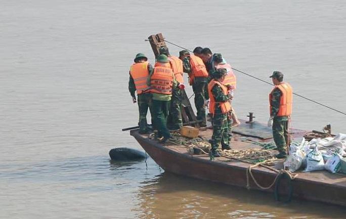 Phát hiện quả bom từ thời chiến tranh gần cầu Long Biên - Ảnh 1.