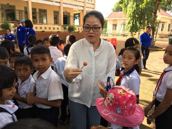 Cán bộ Công đoàn TP HCM tặng quà cho giáo viên, học sinh nghèo ở Đắk Lắk - Ảnh 8.