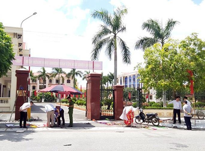 Treo pano trước cổng huyện ủy, ba người thương vong do điện giật - Ảnh 1.