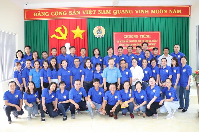 Cán bộ Công đoàn TP HCM tặng quà cho giáo viên, học sinh nghèo ở Đắk Lắk - Ảnh 9.