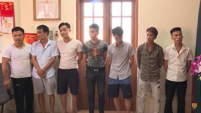 Hơn 20 nam nữ thanh niên bay lắc trong quán karaoke, tẩm quất, mát-xa - Ảnh 2.