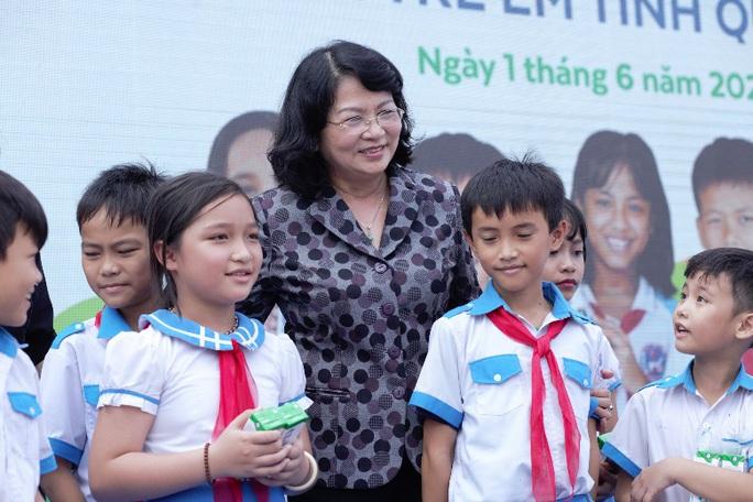 Vinamilk tặng món quà 1-6 đặc biệt đến với trẻ em Quảng Nam - Ảnh 2.