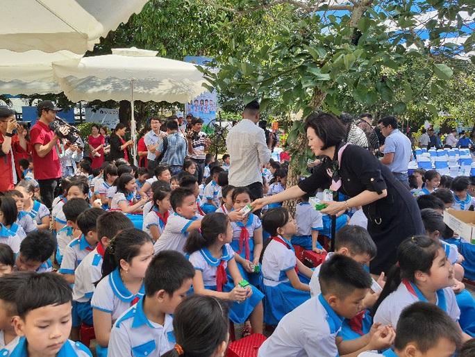 Vinamilk tặng món quà 1-6 đặc biệt đến với trẻ em Quảng Nam - Ảnh 5.