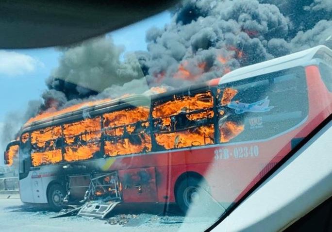 Xe giường nằm bốc cháy dữ dội giữa trưa nắng, 18 hành khách thoát chết - Ảnh 5.