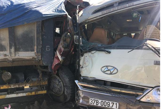 Xe khách đấu đầu kinh hoàng xe tải, tông xe đạp điện, nhiều người bị thương - Ảnh 1.