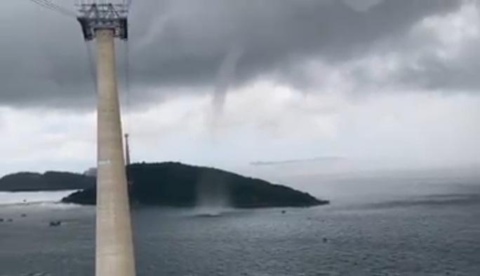 CLIP: Vòi rồng xuất hiện gần cáp treo ở Phú Quốc - Ảnh 2.