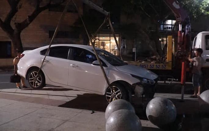 Ô tô tông xe máy, lao vào khuôn viên Trung tâm hành chính Đà Nẵng - Ảnh 2.