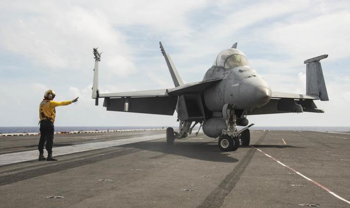 Cận cảnh 3 tàu sân bay Mỹ hoạt động ở cửa ngõ biển Đông - Ảnh 8.