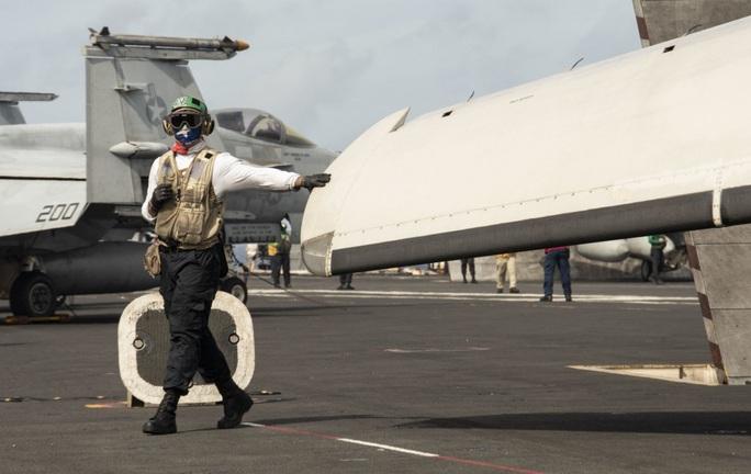 Cận cảnh 3 tàu sân bay Mỹ hoạt động ở cửa ngõ biển Đông - Ảnh 12.