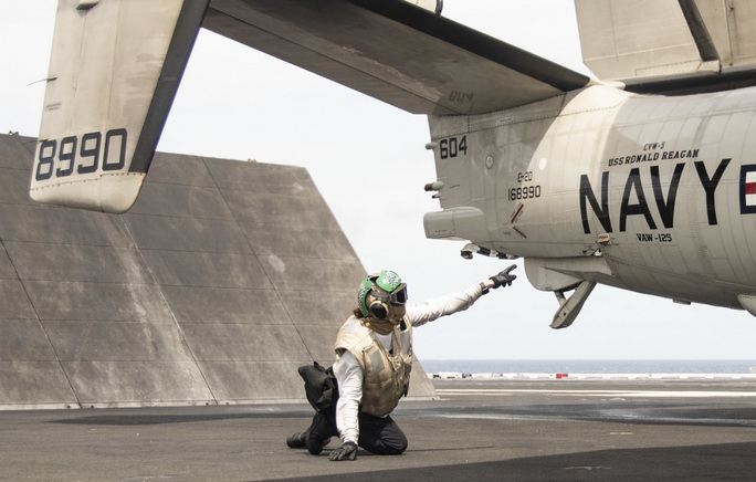 Cận cảnh 3 tàu sân bay Mỹ hoạt động ở cửa ngõ biển Đông - Ảnh 11.