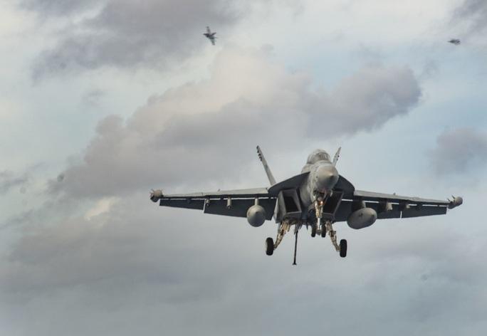 Cận cảnh 3 tàu sân bay Mỹ hoạt động ở cửa ngõ biển Đông - Ảnh 14.