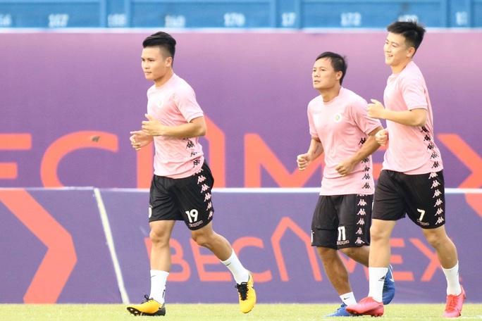Cầu thủ Hà Nội vây quanh Quang Hải, HLV Chu Đình Nghiêm bảo vệ học trò tới cùng - Ảnh 2.