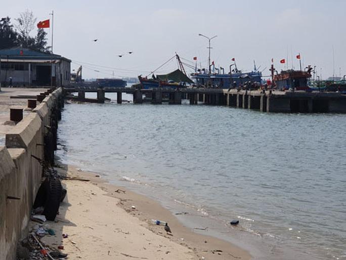 Dồn ứ tàu thuyền vì cảng cá xuống cấp - Ảnh 1.