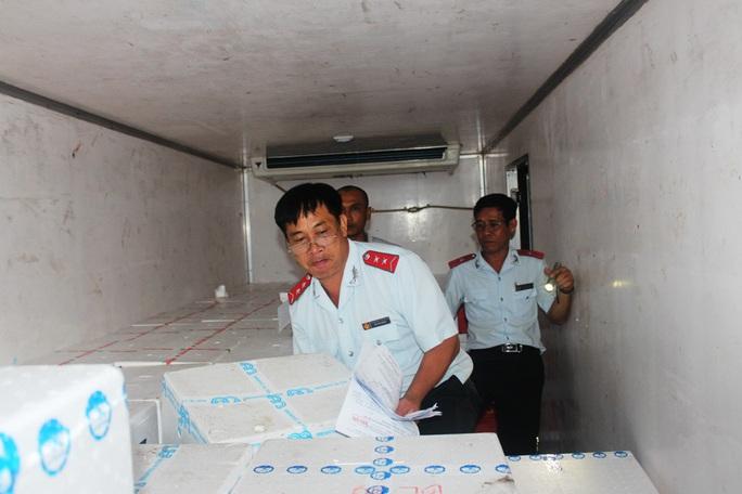 CLIP: Bắt 2 xe tải chở hàng trăm ngàn con tôm giống không rõ nguồn gốc - Ảnh 4.