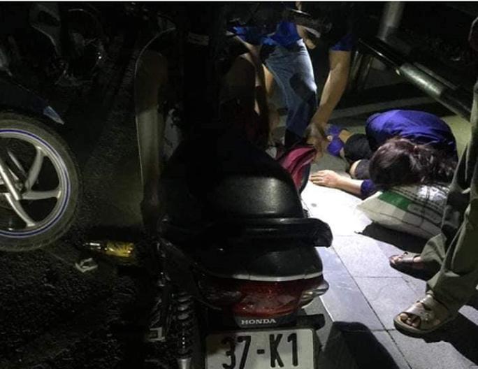 Người phụ nữ bất tỉnh tại trạm chờ xe buýt cạnh chai thuốc trừ sâu - Ảnh 1.