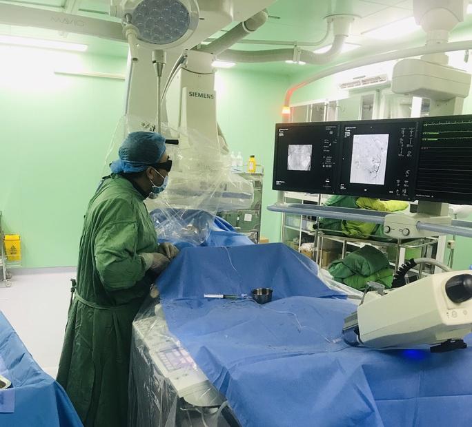 Lần đầu tiên ở ĐBSCL cứu sống cụ ông 81 tuổi tiểu ra máu liên tục - Ảnh 1.
