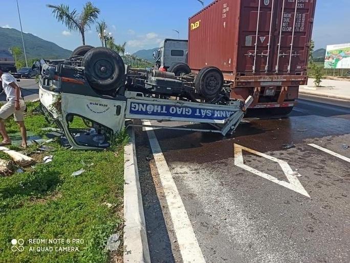 Bị đầu kéo tông từ phía sau, xe ô tô của CSGT lật, 2 cán bộ bị thương - Ảnh 2.