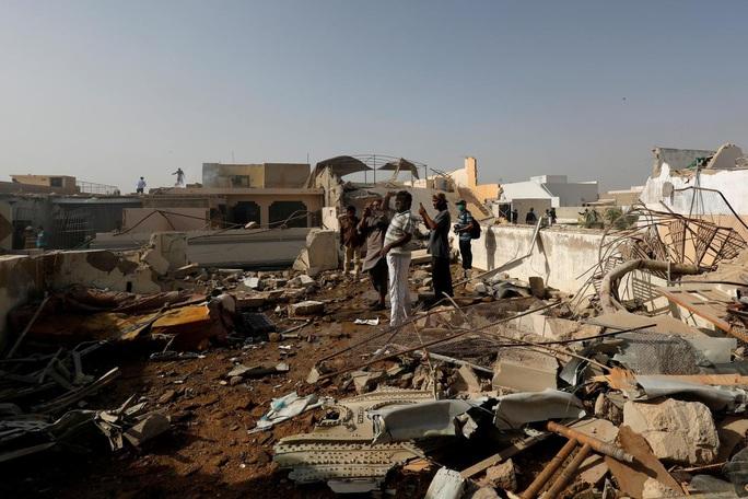 """Máy bay Pakistan rơi """"do phi công mải nói chuyện Covid-19"""" - Ảnh 1."""