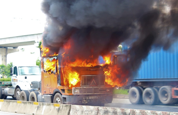 Xe container cháy ngùn ngụt trên xa lộ Hà Nội - Ảnh 1.