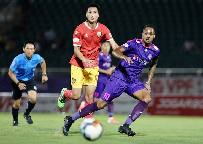 HLV Park Hang-seo chứng kiến Quang Hải đổ máu, cầu thủ 2 đội căng thẳng suýt đánh nhau - Ảnh 2.