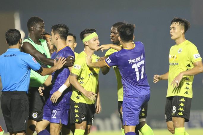 HLV Park Hang-seo chứng kiến Quang Hải đổ máu, cầu thủ 2 đội căng thẳng suýt đánh nhau - Ảnh 1.