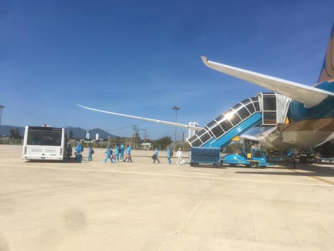 Sân bay Đà Nẵng đón 342 người Việt từ Nhật Bản về nước - Ảnh 1.