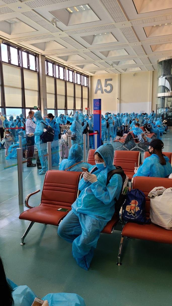 Sân bay Tân Sơn Nhất đón 343 người Việt bị mắc kẹt do dịch Covid-19 từ Đài Loan về nước - Ảnh 2.