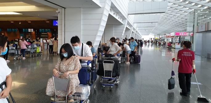 Sân bay Tân Sơn Nhất đón 343 người Việt bị mắc kẹt do dịch Covid-19 từ Đài Loan về nước - Ảnh 3.