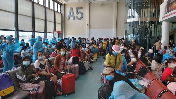 Sân bay Tân Sơn Nhất đón 343 người Việt bị mắc kẹt do dịch Covid-19 từ Đài Loan về nước - Ảnh 4.