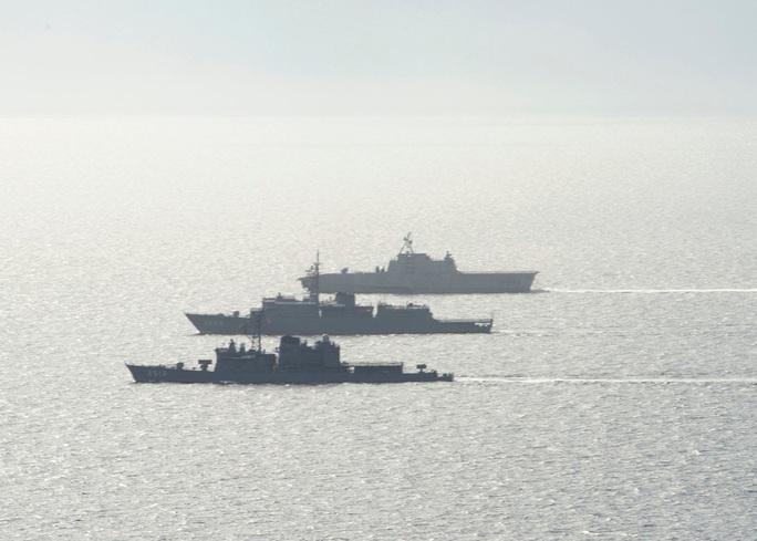Hải quân Mỹ - Nhật diễn tập chung ở biển Đông - Ảnh 1.