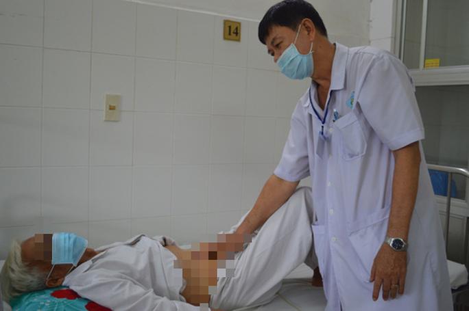 Lần đầu tiên ở ĐBSCL cứu sống cụ ông 81 tuổi tiểu ra máu liên tục - Ảnh 2.