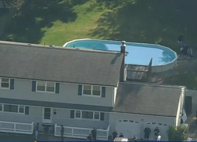 Ba người một nhà tử vong khó hiểu trong hồ bơi gia đình - Ảnh 1.