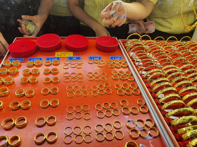 Giá vàng nhẫn dậy sóng, cao hơn cả vàng miếng SJC - Ảnh 1.