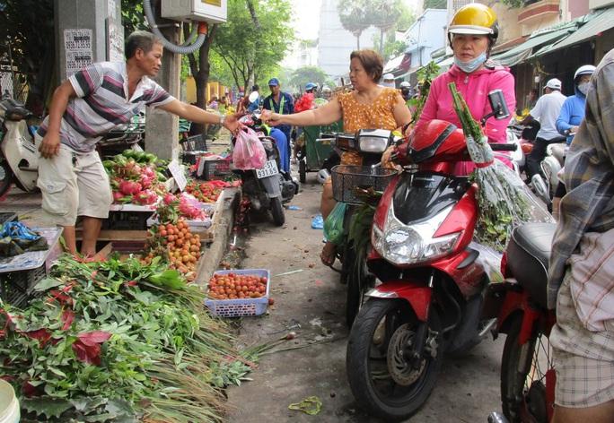 Chen chân mua đồ cúng Tết Đoan Ngọ - Ảnh 1.