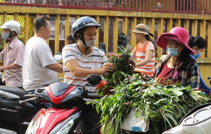 Chen chân mua đồ cúng Tết Đoan Ngọ - Ảnh 2.