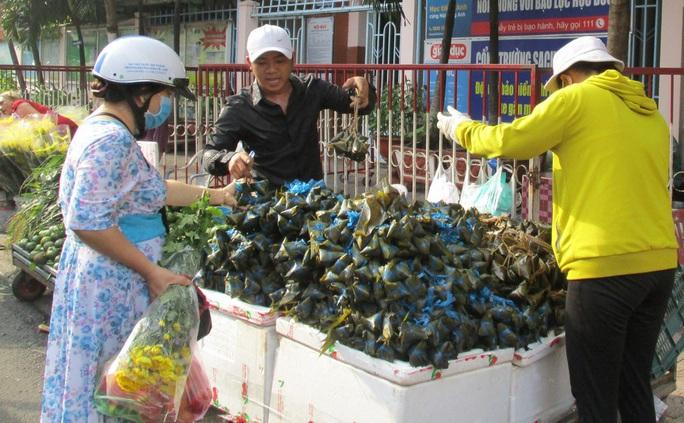 Chen chân mua đồ cúng Tết Đoan Ngọ - Ảnh 4.