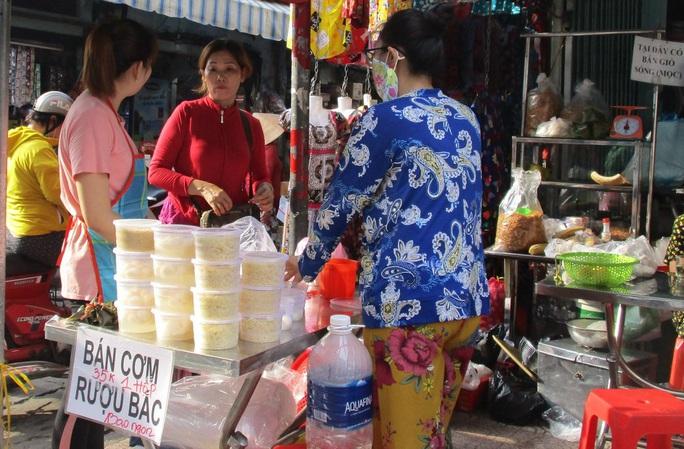 Chen chân mua đồ cúng Tết Đoan Ngọ - Ảnh 5.