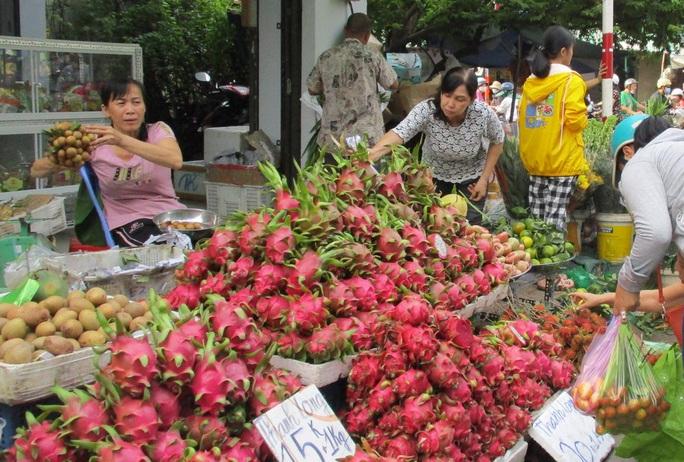 Chen chân mua đồ cúng Tết Đoan Ngọ - Ảnh 6.