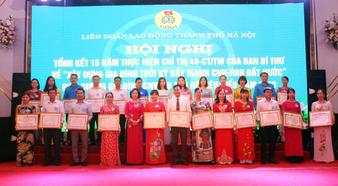 Hà Nội: Biểu dương 100 gia đình CNVC-LĐ tiêu biểu - Ảnh 1.