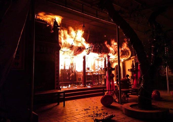 CLIP: Đền Quan Tam Lâm Du cháy rụi lúc nửa đêm - Ảnh 2.