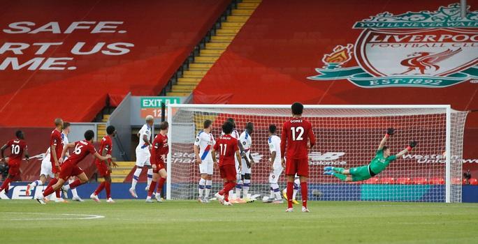 Liverpool vùi dập Crystal Palace, chờ Man City dâng ngôi vương - Ảnh 2.