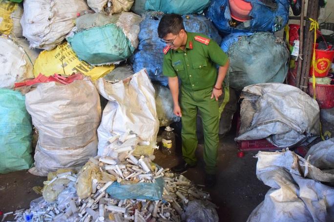 Rùng mình phát hiện 9 bao tải đựng bơm kim tiêm ở xưởng phế liệu - Ảnh 1.
