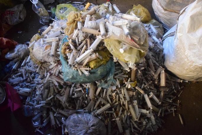 Rùng mình phát hiện 9 bao tải đựng bơm kim tiêm ở xưởng phế liệu - Ảnh 2.