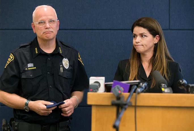 Thêm đoạn video gây ác mộng cho cảnh sát Mỹ - Ảnh 2.