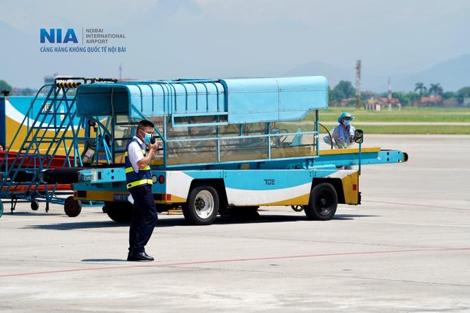 Đột nhập khu bay Nội Bài trong cái nắng nóng cực điểm hơn 62 độ C - Ảnh 5.