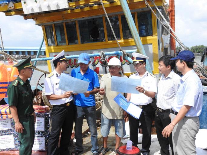 Vùng 2 Hải quân đồng hành cùng ngư dân vươn khơi bám biển - Ảnh 2.