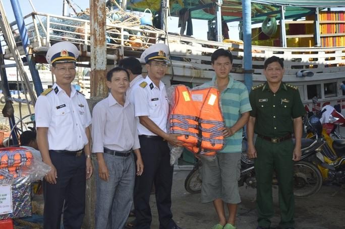 Vùng 2 Hải quân đồng hành cùng ngư dân vươn khơi bám biển - Ảnh 3.